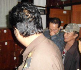 Plt. Kabid Sapras Pegang Hidung Keluar dari  Ruang Pidsus Menuju Mobil Tahanan