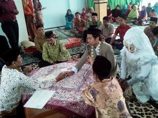 Penghulu Pimpin Acara Akad Pernikahan