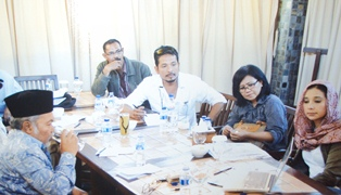 balon Ayu Azhari (Kanan) Beberkan Dokumen Asmara Dengan Bupati Anas