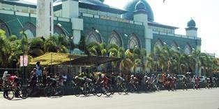 Pembalap ITdBI 2015 Melintas di Depan Masjid Jami' Baitur Rohman