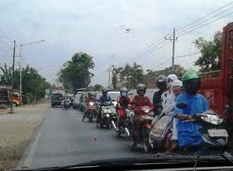 Kemacetan Di Jalan Raya Rogojampi aibat Kiri Kanan Bahu Jalan Di lakukan Pengerjaan Proyek