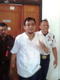 Kades Tamansuruh Ferdinan Menuju Mobil Tahanan (2/3)