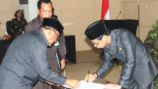 Bupati Bondowoso Amin Said Husni & Ahmad Dhafir menandatangani pengesahan perda perubahan nama Kecamatan Sempol menjadi Kecamatan Ijen di gedung dewan (14/11/16).