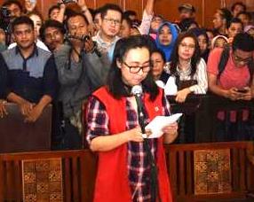 Chin Chin Saat Membacakan Eksepsi Di PN Surabaya