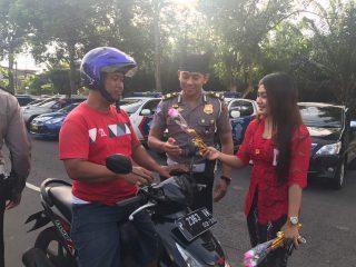 Sambut Hari Kartini, Polisi Bagikan Bunga dan Coklat