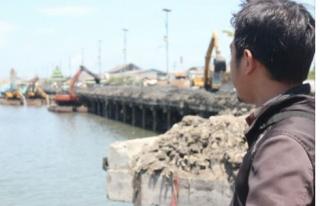Warga Bertanya, Di Pelabuhan Muncar Lumpur Diperjual Belikan