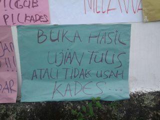 Tak Puas Hasil Tes Tulis, Pagar dan Tembok Kantor Desa Penuh Poster Kecaman