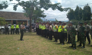 40 Aparat Kepolisian Polres Banyuwangi Dibantu TNI Amankan Eksekusi