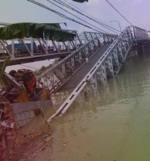 Jembatan Penghubung Kecamatan Widang Tuban – Kec. Babat LamonganAmbruk. 3 Truck Dan 1 Motor Tercebur