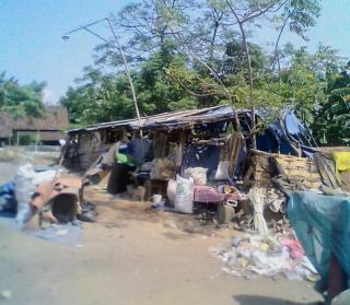 Pasangan Tua Renta Tinggal Gubuk Reot, Mencari Nafkah Jadi Pemulung