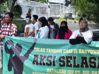 Aksi Lanjutan Keluhkan Jalan Rusak Akibat Kendaraan Penambangan Emas Tumpang Pitu, Warga Nglurug DPRD