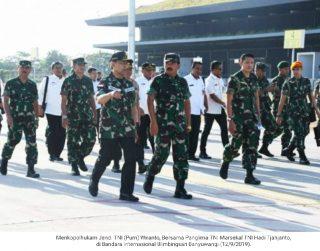 Wiranto Disambut Panglima TNI DiBandara Blimbingsari