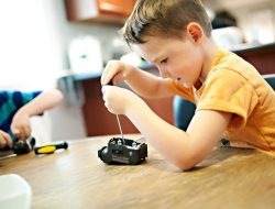 Beberapa Mainan yang Dapat Kamu Berikan untuk Melatih Perkembangan Otak si Anak